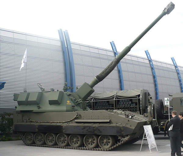 A long side view of the The KRAB 155mm Self-Propelled Howitzer (SPH), Pibwl