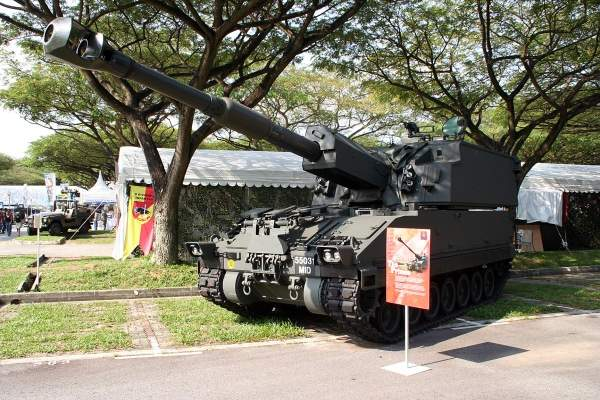The Singapore Self-Propelled Howitzer 1 (SSPH 1) Primus on display at Marina South during National Day Parade, 2005 celebrations. Image courtesy of Huaiwei.
