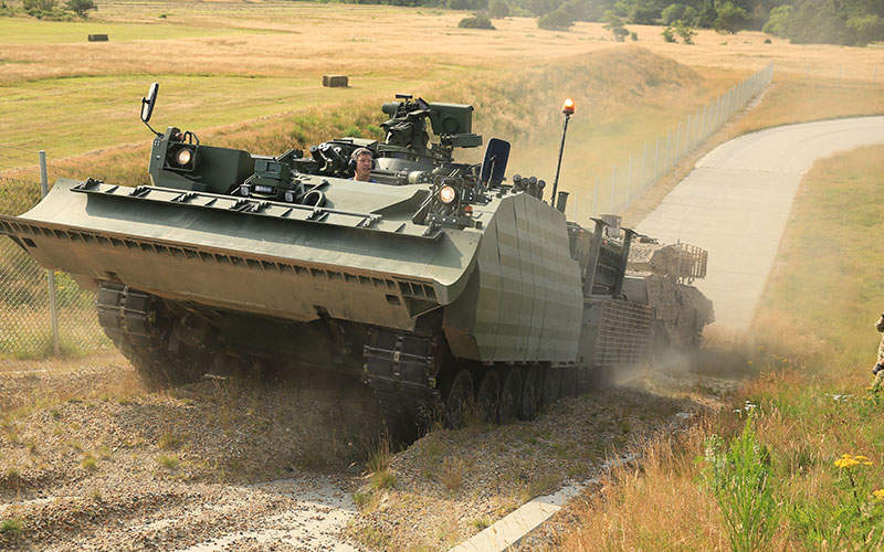 A WISENT 2 armoured support vehicle recovering a Danish Leopard 2 A5.