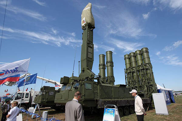 The S-300VM missile defence complex consists of a 9A83ME launcher unit and a 9A84ME loader / launcher unit.