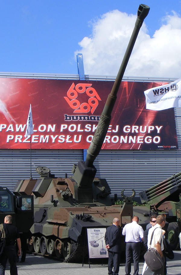 The KRAB 155mm Self-Propelled Howitzer (SPH) on display at MSPO 2008 International Defence Industry Exhibition, Spike78 (original picture), SuperTank17 (crop).