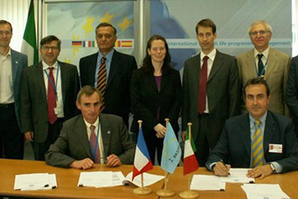 OCCAR-EA placed the MUSIS federating activities Phase B-1 contract with Thales Alenia Space Italia, EADS Astrium France, and Thales Alenia Space France in July 2011.