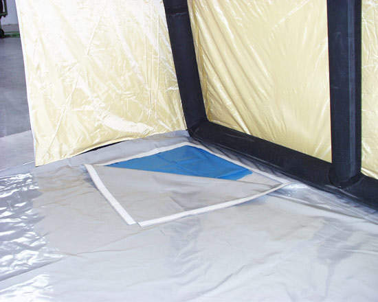 Detachable tent floor fitted to a pneumatic tent