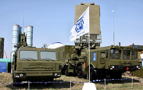 The S-400 Triumph air defence missile system and a 96L6-radar displayed at MAKS-2011 air show.