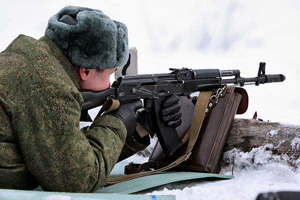 A soldier from Russian Airborne Troops (VDV) fires an AK-74M assault rifle. Image courtesy of Виталий Кузьмин.
