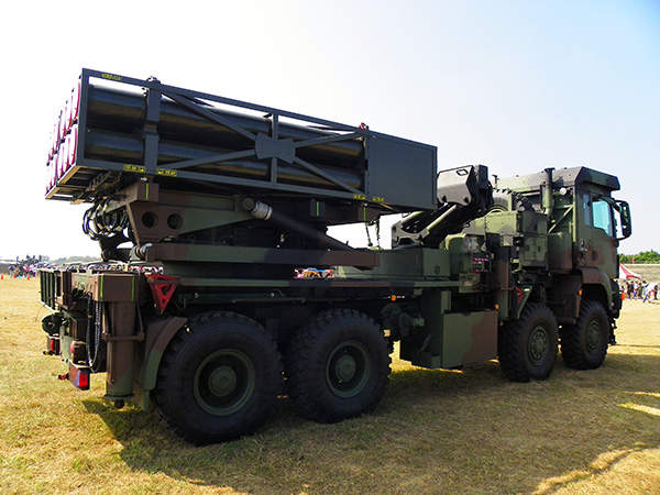 Side view of the Ray-Ting 2000 Artillery Multiple Launch Rocket System. Image courtesy of 玄史生.