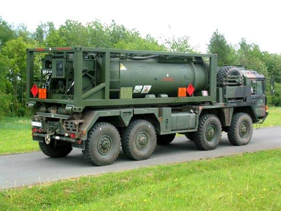 Military vehicle carrying a fuel tank container