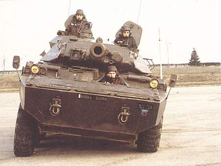 The AMX 10 RC has hydropneumatic suspension, with a high and variable ground clearance.