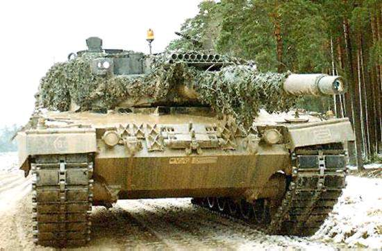 A Leopard 2A4 equipped with AGDUS (Ausbildungs Gerät Duell Simulator) duel simulator training system.