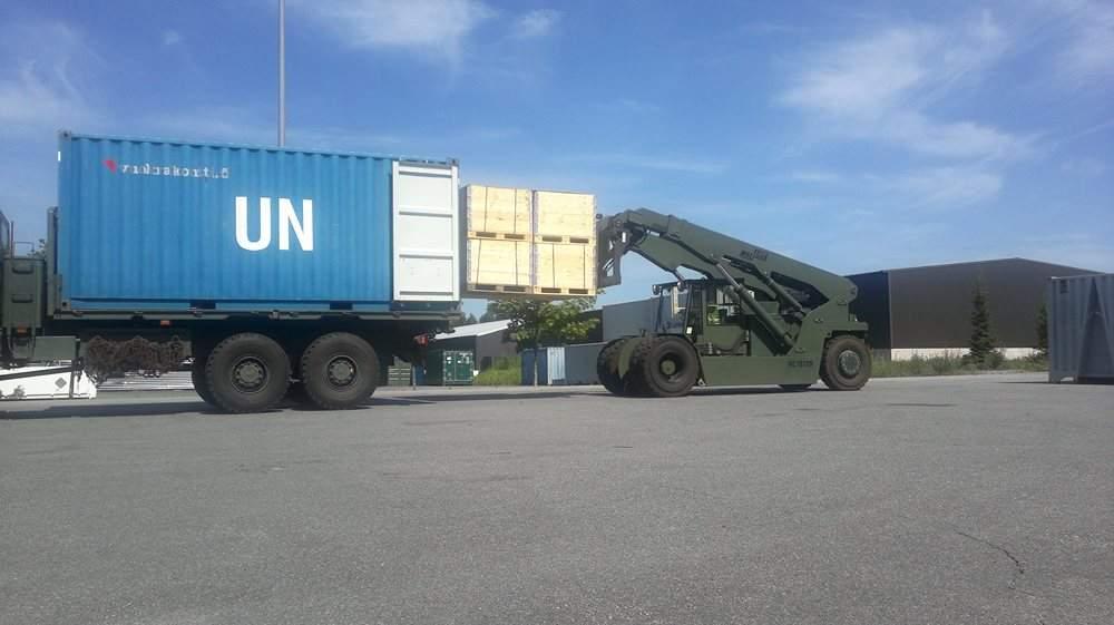 9-ML1612R-double-forks-loads-cargo