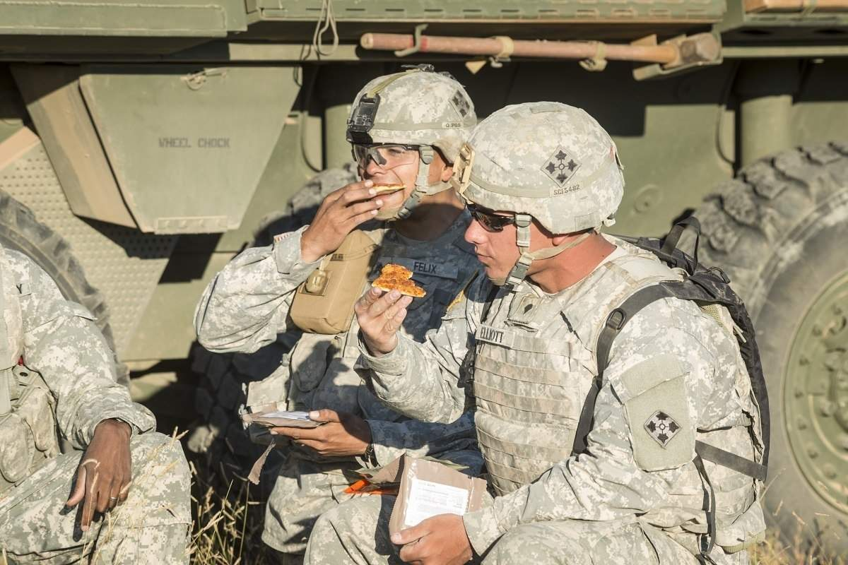 US soldiers eating pizza 1200×800